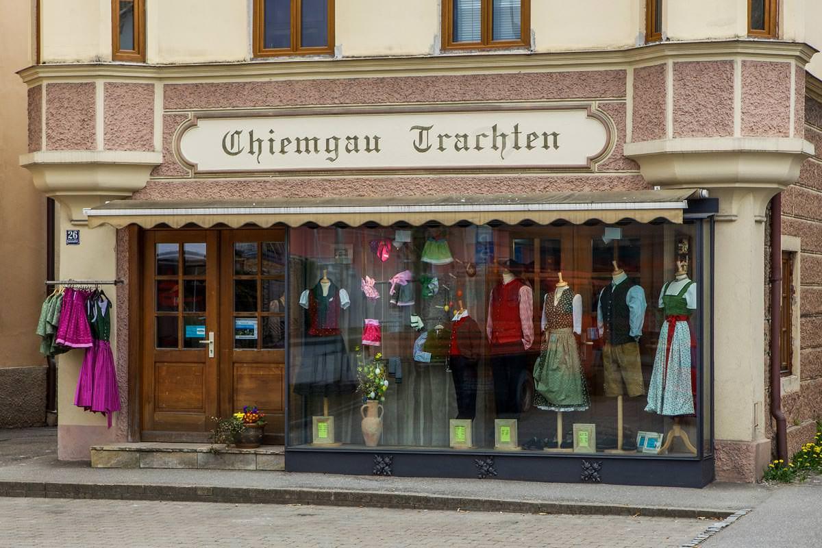 Frontansicht Ladengeschäfte Chiemgau Trachten in der Bahnhofstraße in Bad Endorf